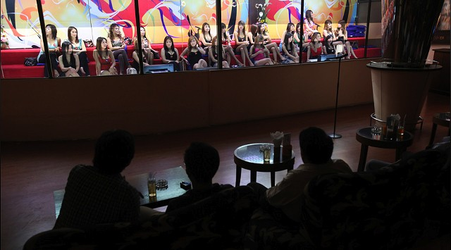 """Prostitutes in the """"fish tank"""" in a brothel in Bangkok - LOTUS FILMS"""