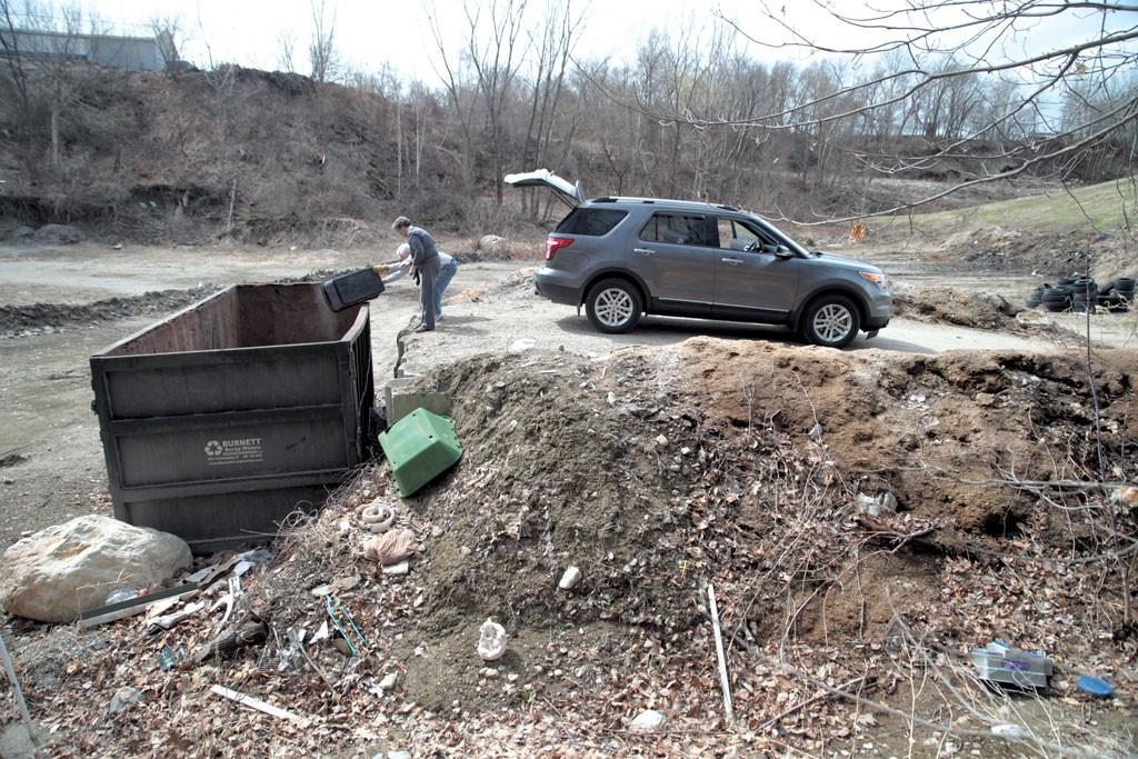 Residents at the dump - MATTHEW THORSEN