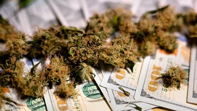 Cash only - VOLODYMYR BONDARENKO | DREAMSTIME.COM