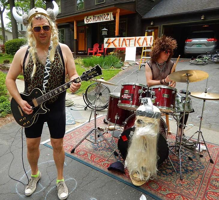 Neighborhood band Sciatica serenading the runners - RUNVERMONT