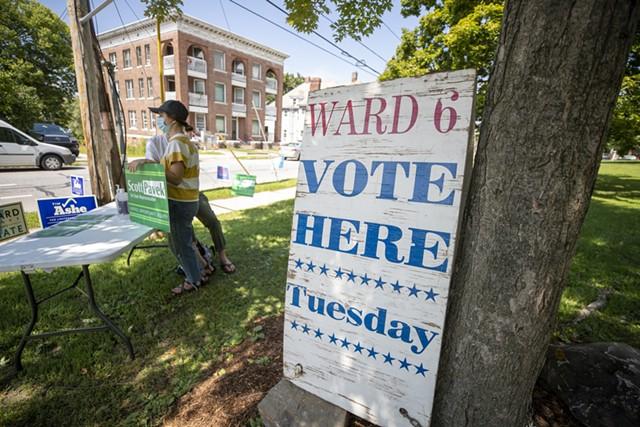 Election signs in Burlington - JAMES BUCK ©️ SEVEN DAYS