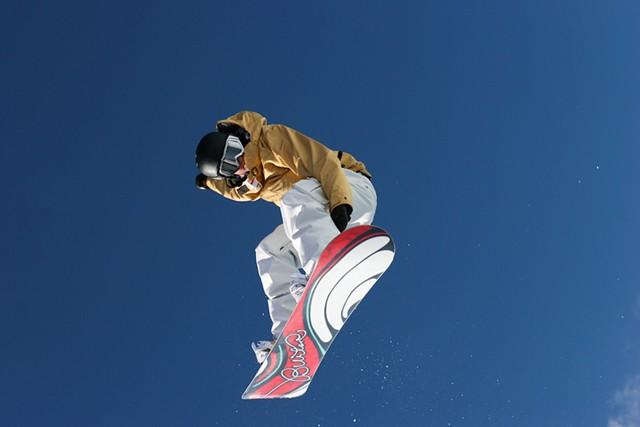 A snowboarder on a Burton board - LAGLIDER/DREAMSTIME