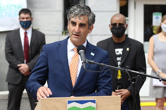 Mayor Miro Weinberger at an event last summer - FILE: COURTNEY LAMDIN ©️ SEVEN DAYS