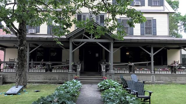 Norwich Inn exterior - SALLY POLLAK ©️ SEVEN DAYS