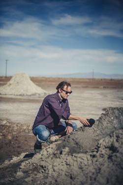 Sam Harnett interviewing a mud pot - GUNDI VIGFUSSON
