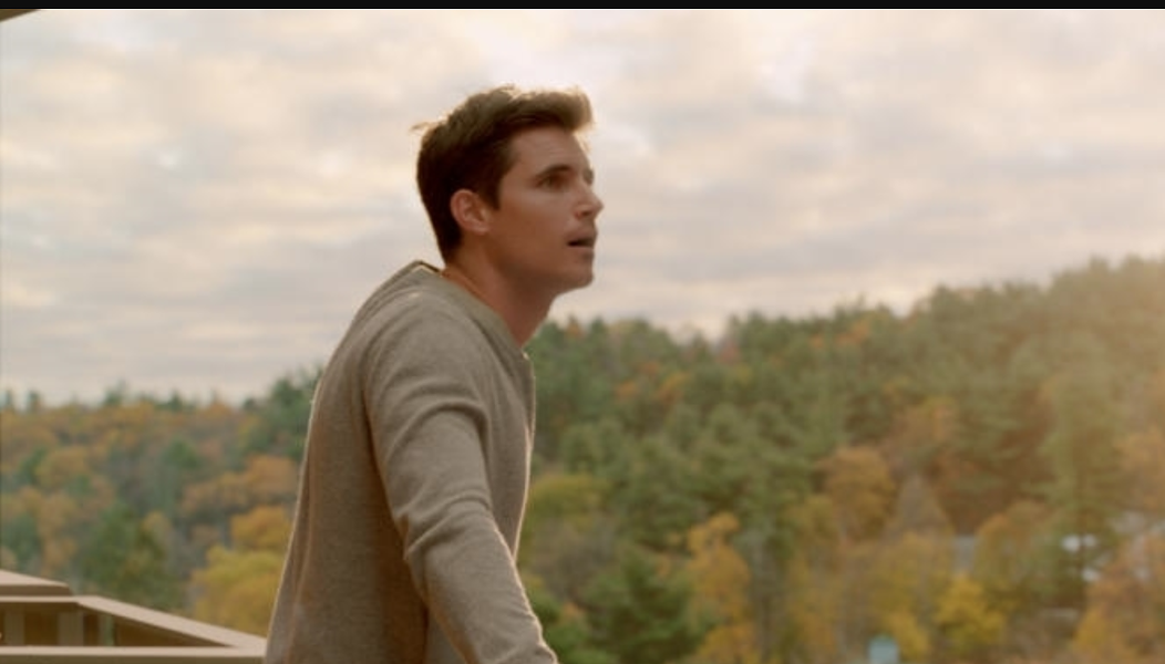 """Nathan (Robbie Amell) discovering his new world in """"Upload"""" - COURTESY OF AMAZON STUDIOS"""