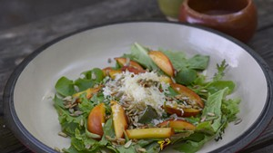 Salad with nectarines, gouda and sunflower seeds