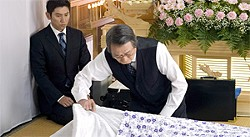 A sad-sack musician (Masahiro Motoki) becomes apprentice to an undertaker (Tsutomu Yamazaki).
