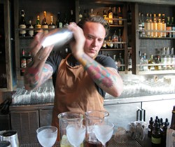 Barman Morgan Schick - LOU BUSTAMANTE
