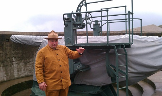 Docent Erik Byberg in period costume. The army favored this rough cotton, tan getup as it blended with dirt and grime. In 1910, gun operators switched to denim clothes as a cost-saving measure.