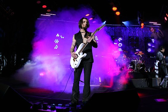 janes_addiction_guitarist_d.jpg