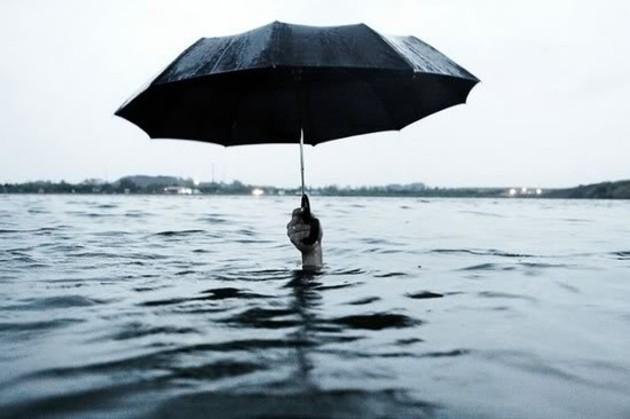 umbrella-umbrella-picked-mmmmm-creative-photography-creative-underwater-rnoci-am.jpg