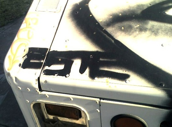 hood_ornament_graffiti_este.jpg