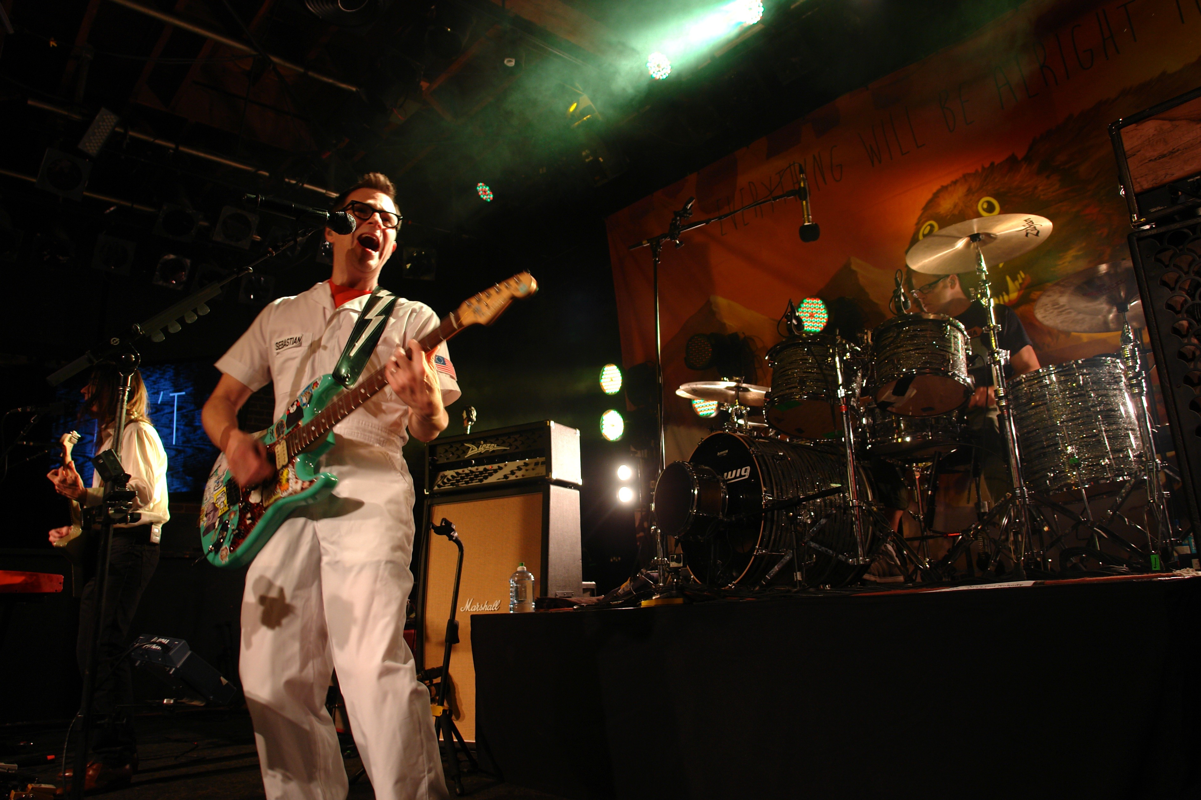 Live Review Weezer Goes Acoustic Brings Out Thao And Actually