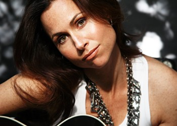 Take Note: Minnie Driver Can Really Sing