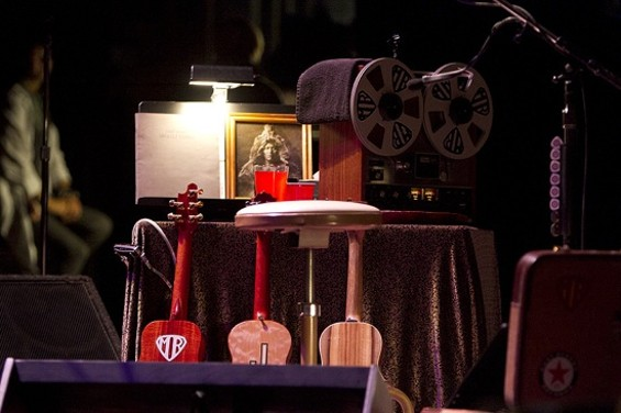 Vedder's stage table - CHRISTOPHER VICTORIO
