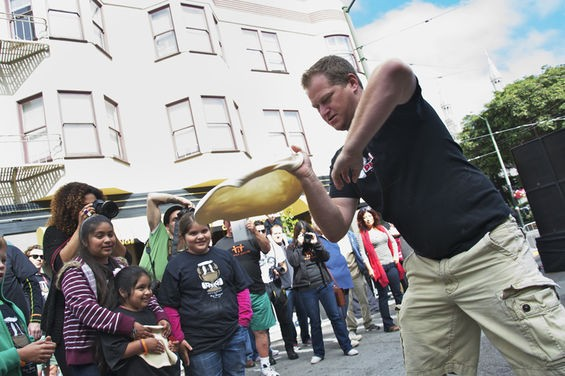 Wicked pizza tossing skills. - MABEL JIMÉNEZ