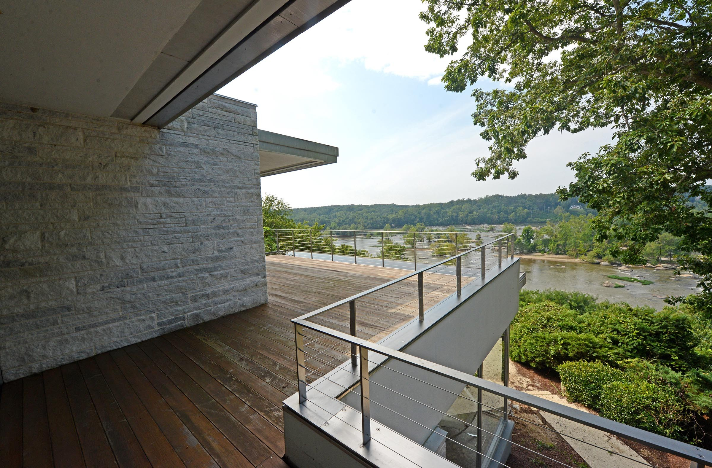 Renowned California architect Richard Neutra took full advantage of dramatic James River views. - SCOTT ELMQUIST