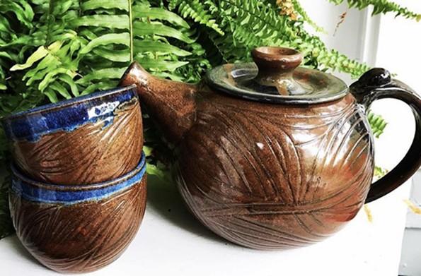 art15_market_pottery.jpg