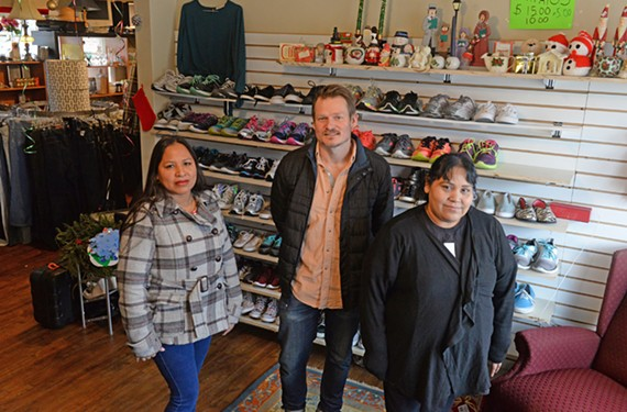 Raymundo,在左边,达斯汀·金和玛丽亚·埃斯卡兰特经营着一家新开的旧货店,为里士满·科尼修斯带来了实惠。金宝博