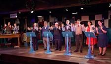 """想找一个由四部分组成的和声的令人愉快的节日节目的观众会喜欢斯威夫克里克米尔剧院的""""1940年代的广播圣诞颂歌""""。"""