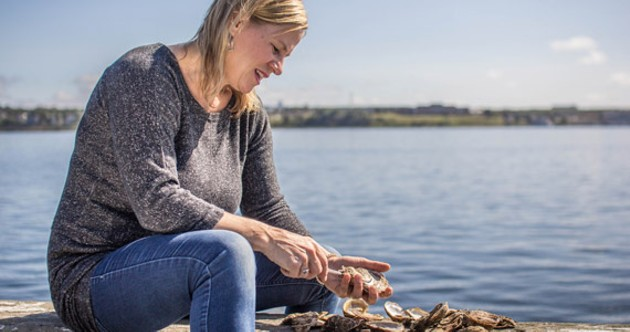 Janet Hardy Callaghan demonstrates her shucking amazing technique - SAMSON LEARN