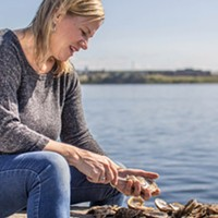 Janet Hardy Callaghan demonstrates her shucking amazing technique