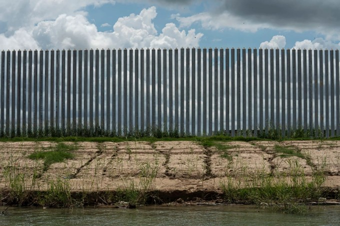 Erosion has made gashes underneath the wall just months after being built. (Verónica G. Cárdenas for The Texas Tribune/ProPublica)