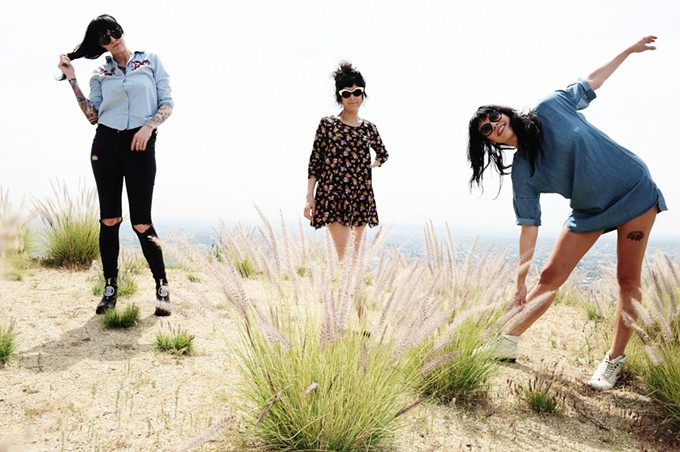 The Coathangers: Three girl Rhumba